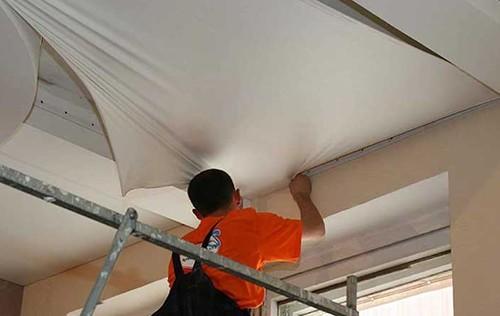 Сколько стоит демонтаж натяжного потолка и его ремонт мастерами