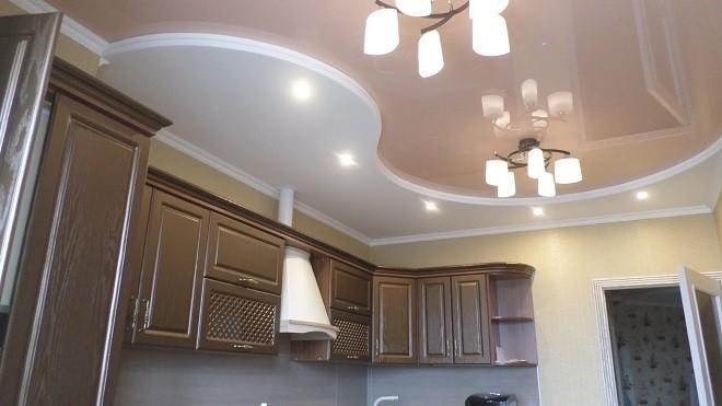 В стиле «кантри-модерн» кухня с комбинированным потолком