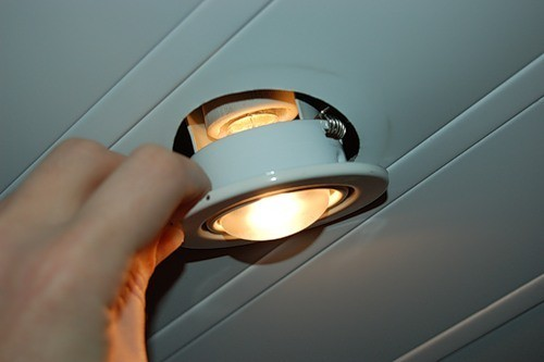 как поменять лампочку в подвесном потолке