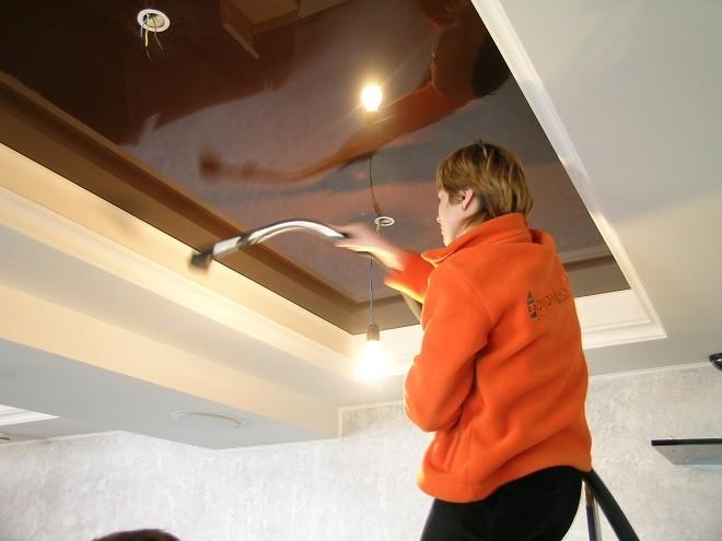 Как мыть натяжной матовый потолок после ремонта пылесосом