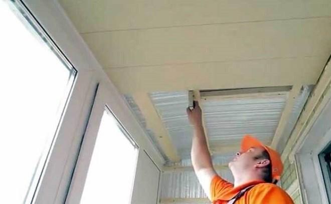 Как утеплить на балконе потолок