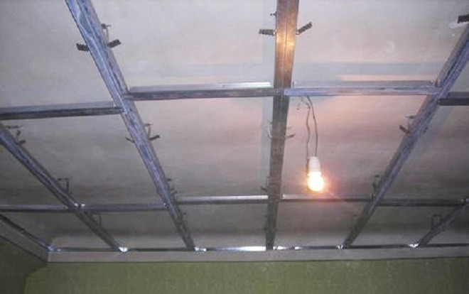 Монтаж каркаса для первого уровня потолка из гипсокартона