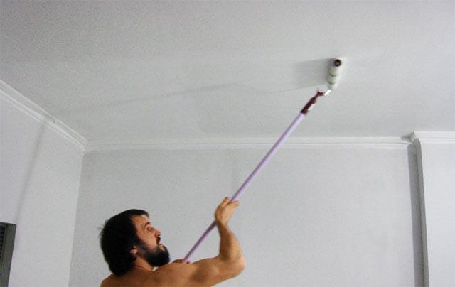 Окрашивание обоев на потолке водоэмульсионкой
