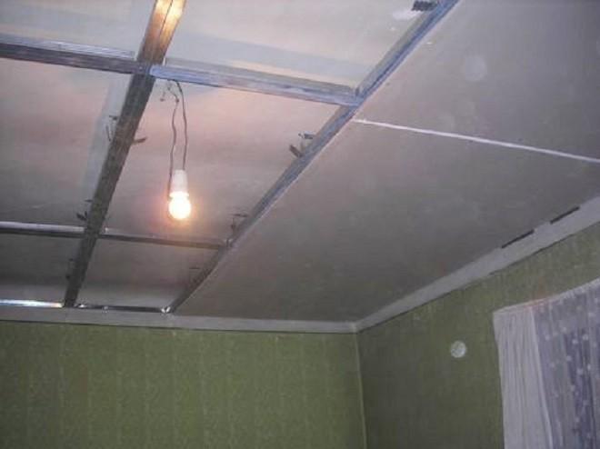 Установка первого уровня декоративного потолка