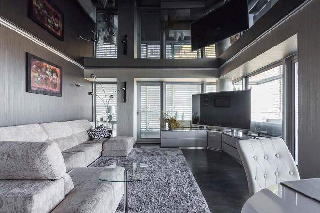 глянцевый черный натяжной потолок в гостиной