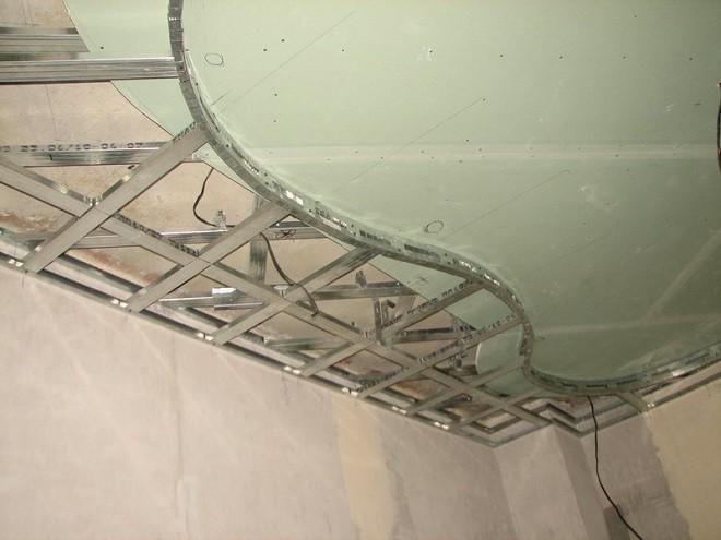 Установка второго уровня декоративного потолка