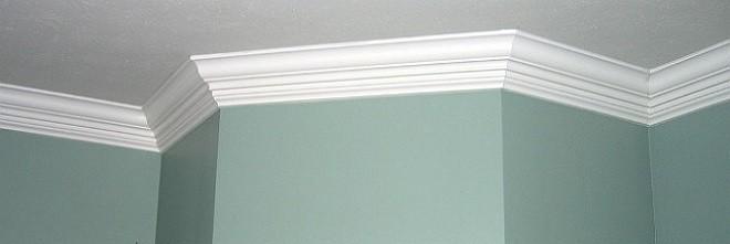стыковать потолочный плинтус в углах