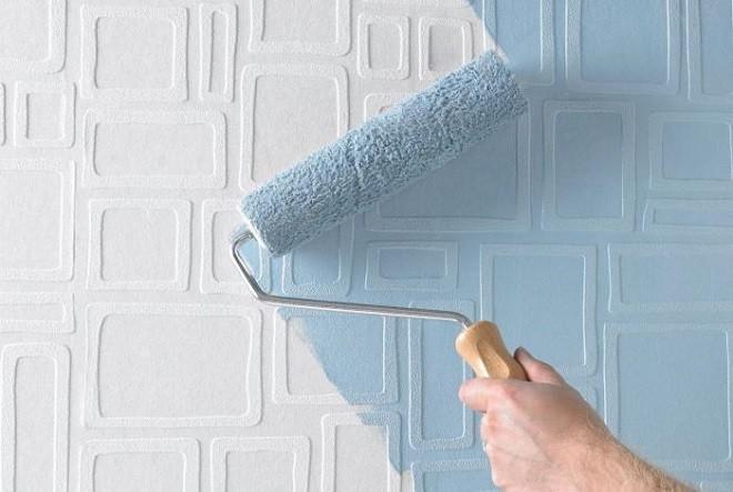 Как покрасить обои на потолках