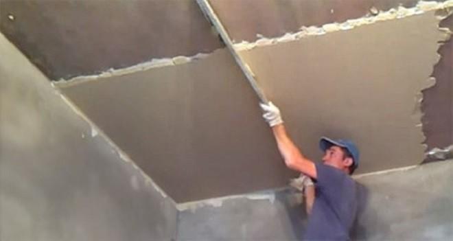 Как правильно штукатурить потолок по маякам