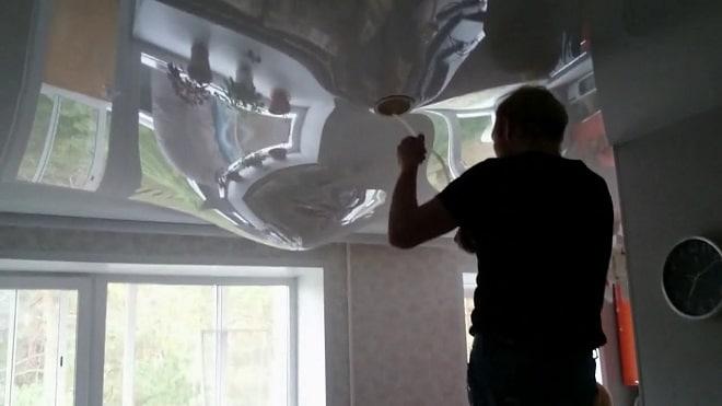 Как спуститьводу через отверстие под светильник