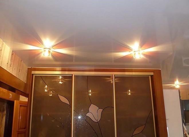 Натяжной потолок и шкаф купе освещение