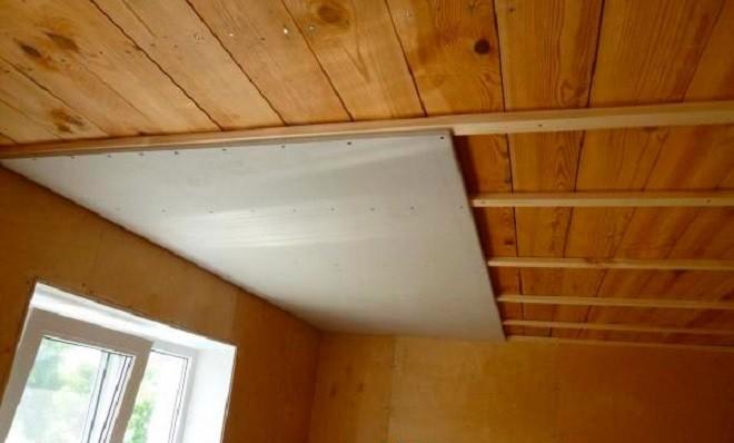 Потолок из гипсокартона в деревянном доме