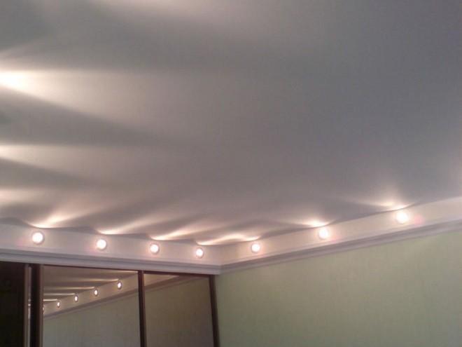 Сатиновый натяжной потолок с подстветкой