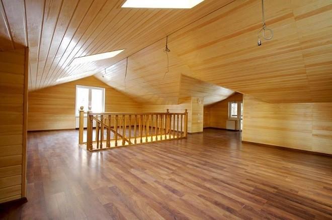 Светлое дерево в потолочной отделке