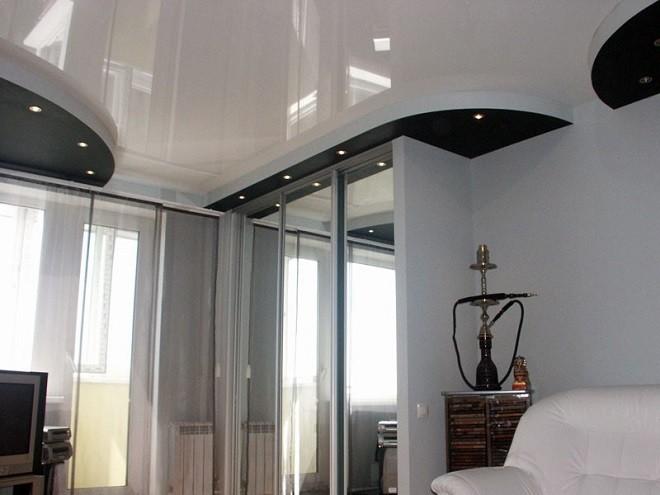 натяжной потолок и шкаф
