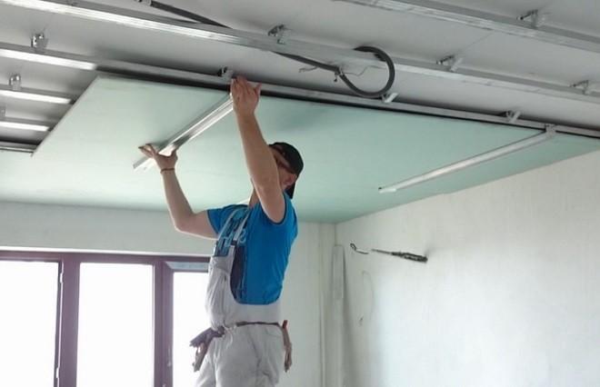 риспособление для установки листа на потолок