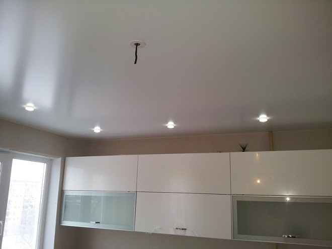 сатиновые одноуровневые натяжные потолки на кух