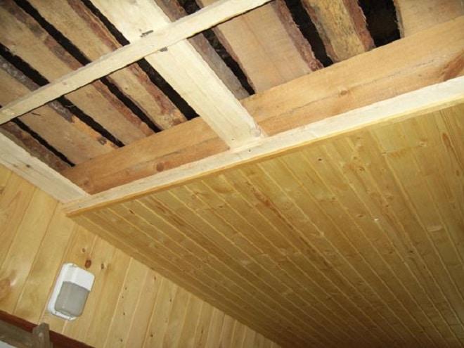 Чем обшить потолки в частном доме из дерева