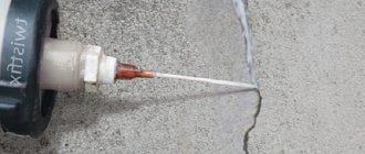 Как заделать небольшие и крупные трещины на потолке своими руками