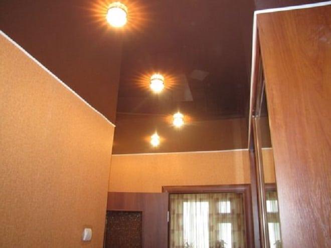 Матовый натяжной потолок в прихожей буквой г