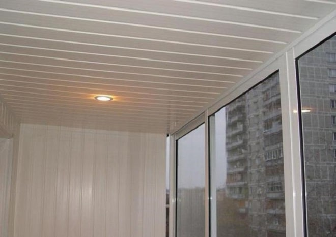 Отделка потолка на балконепластиковыми панелями