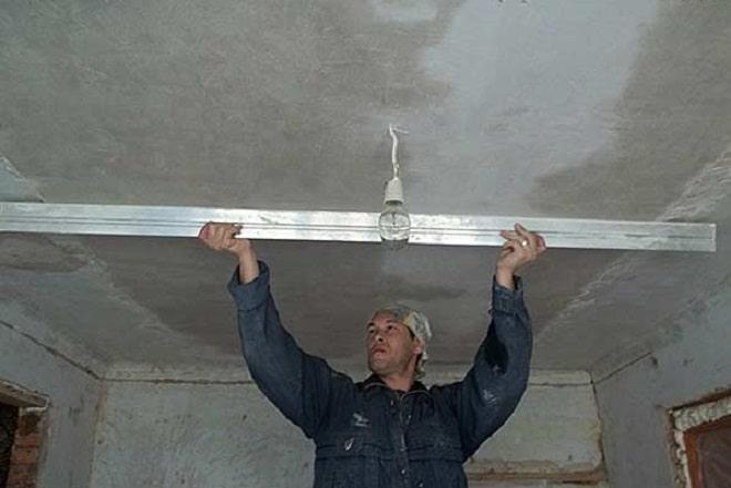 Выравниваем потолок своими руками штукатуркой