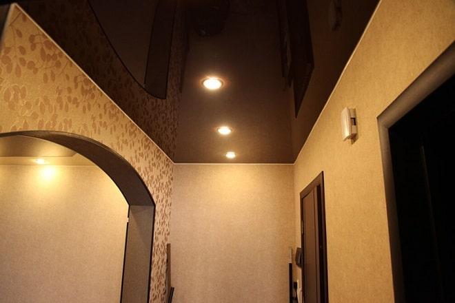 черный натяжной потолок в прихожей фото