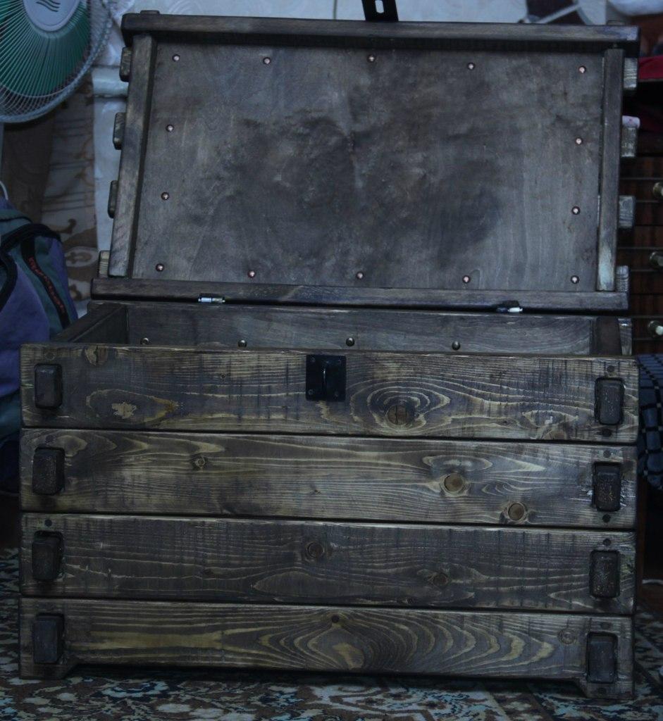 Сундук покрытый лаком в пиратском стиле.