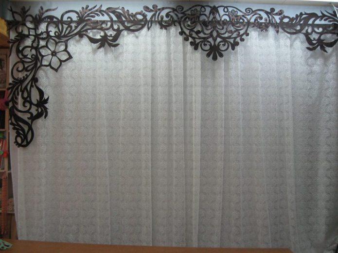 Ажурный ламбрекен на окне