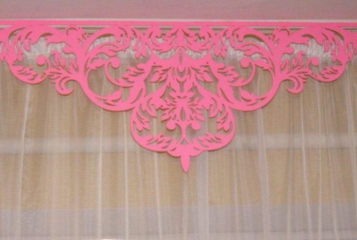 Ажурный ламбрекен розового цвета