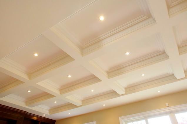 Оштукатуренный потолок может выглядеть очень эстетично - otdelat.ru