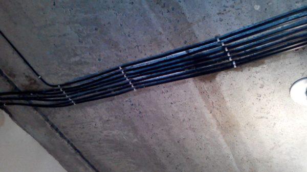 Крепление кабеля на потолке
