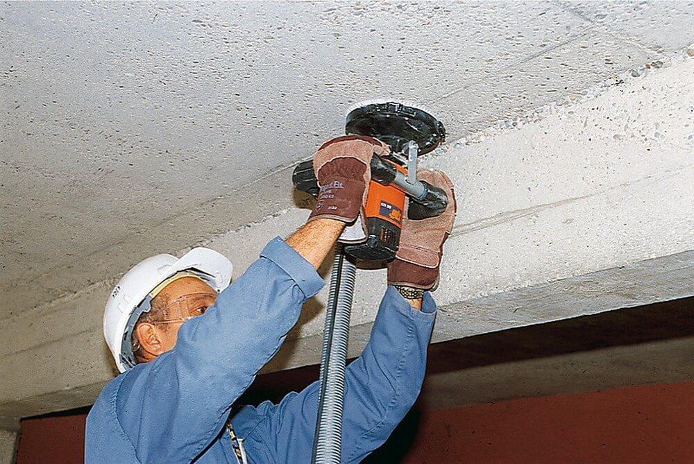 механическое обдирание штукатурки с потолка