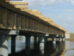 Настил моста через реку выполнен из бруса