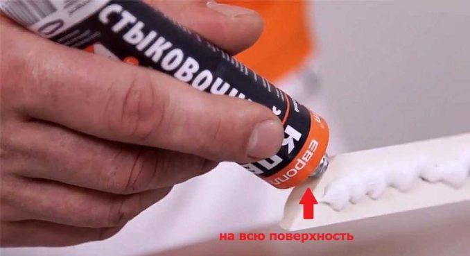На места соединения наносим стыковочный клей для полиуретана