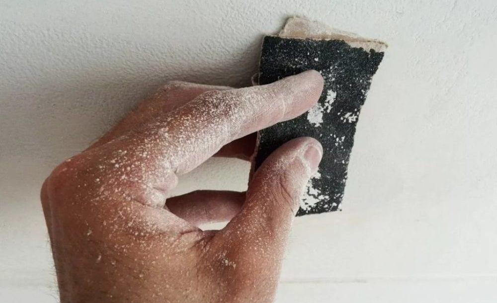 зашкуриваем стену