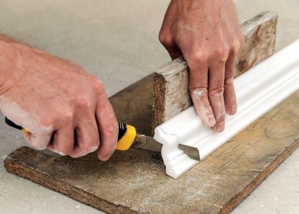 Все ответы и секреты: как клеить потолочный плинтус. Чем и как правильно приклеить потолочный плинтус из пенопласта
